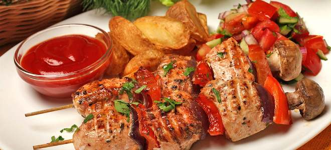 приготовленное мясо на шпажках