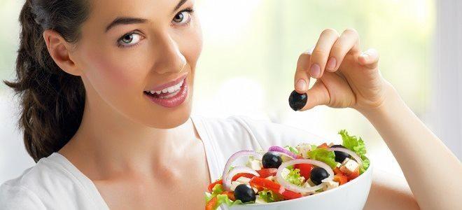 Девушка держит тарелку с салатом