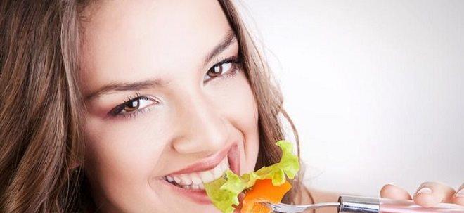 девушка ест полезную пищу