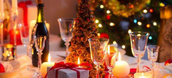 Фужеры, шампанское, елка, свечи