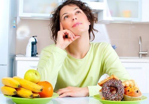 Девушка и тарелки с фруктами и сдобой
