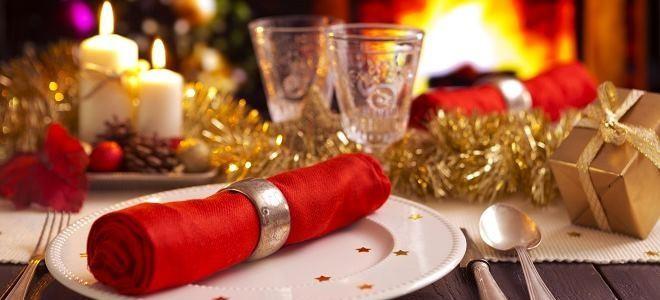 Тарелка, вилка, ложка, нож. фужеры и новогодняя мишура