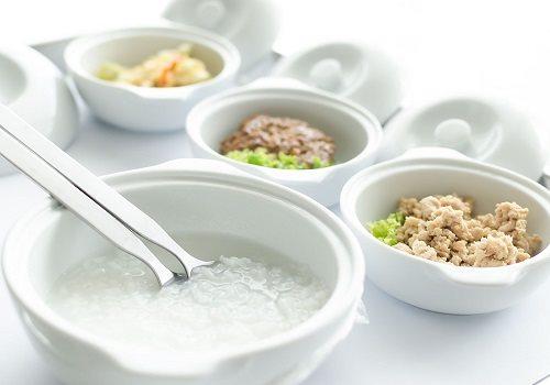 Тарелки с кашей, котлетой и овощами