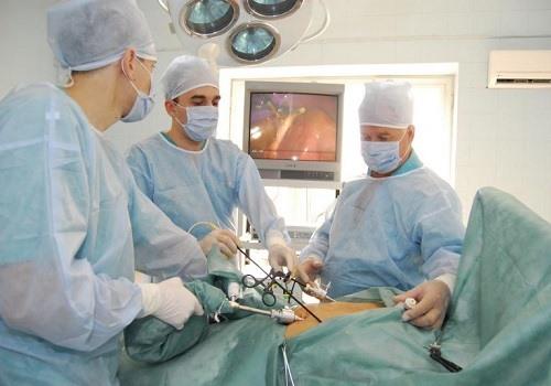 Врачи делают лапароскопию