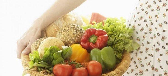 Чашка с овощами и хлебом