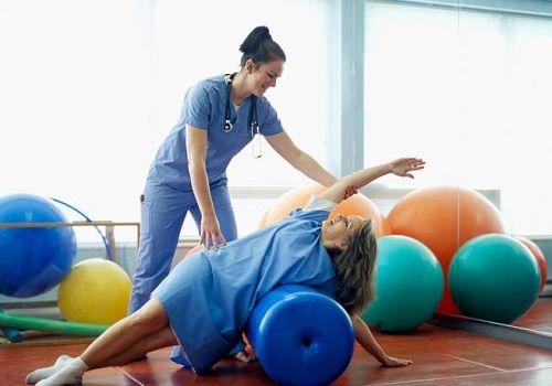 Девушка занимается лечебной физкультурой