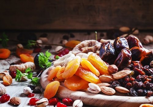 Сухофрукты и орехи на подносе