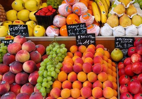 Персики и абрикосы на рынке